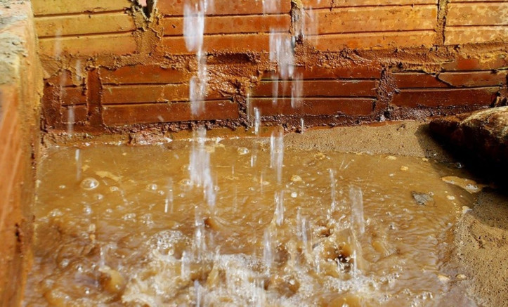 Hình ảnh nước bị nhiễm phèn cần được xử lý