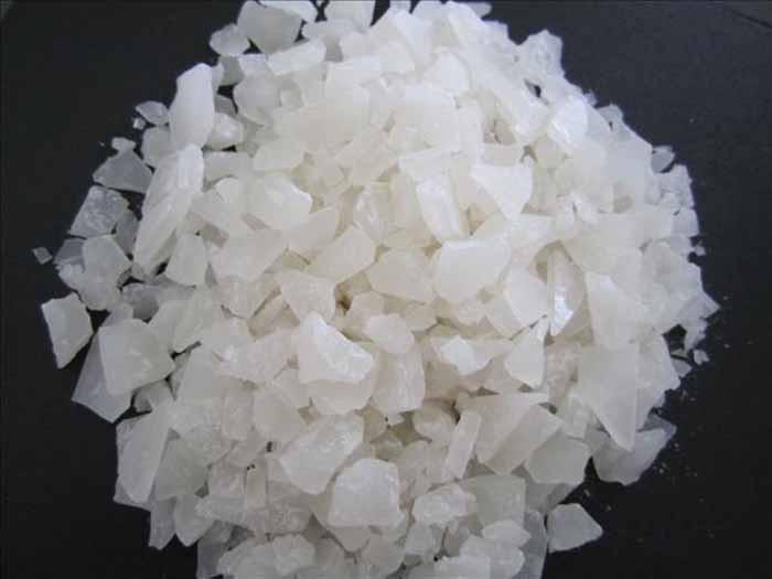 Hình ảnh phèn nhôm được sử dụng phổ biến trong xử lý nước thải, nước sinh hoạt
