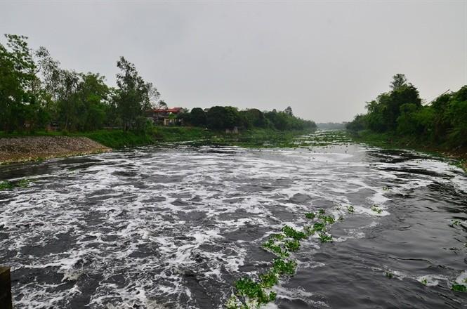Sông nhuệ đang bị ô nhiễm nặng nề vì rác thải