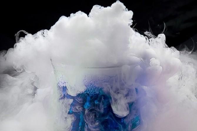 Đá khô gặp nước sẽ thăng hoa thành lớp sương mù dày đặc