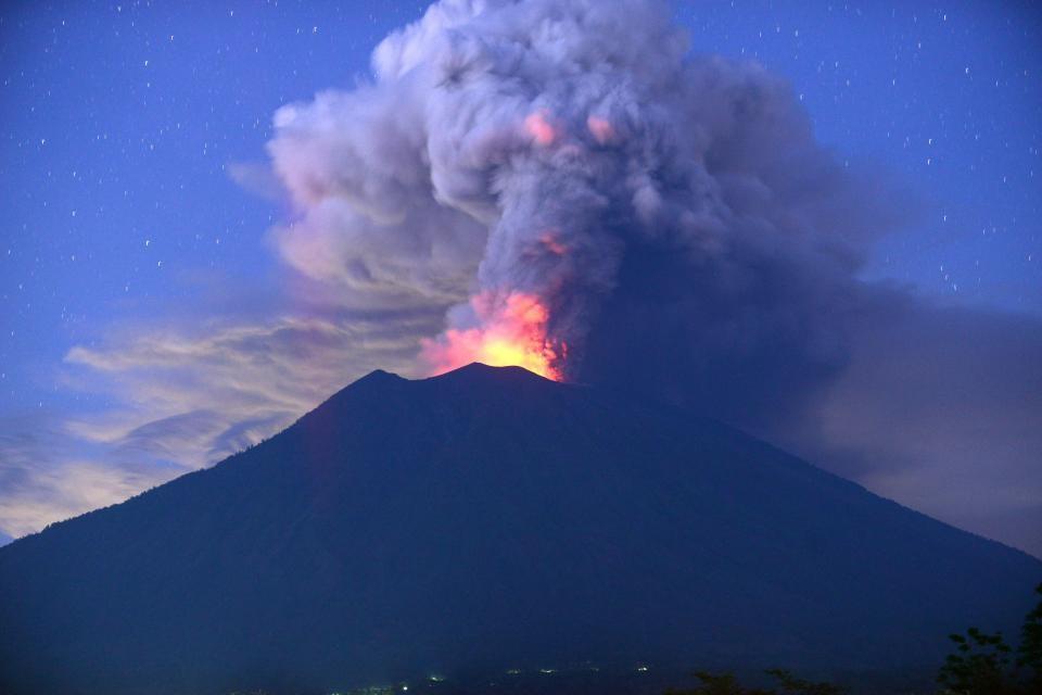CO2 là sản phẩm có trong các vụ phun trào núi lửa