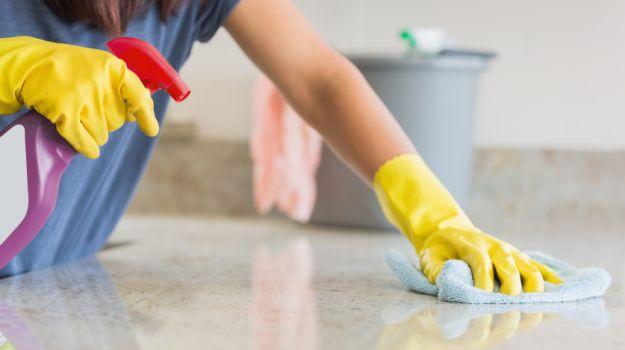 Làm sạch dấu giày trên nền gạch