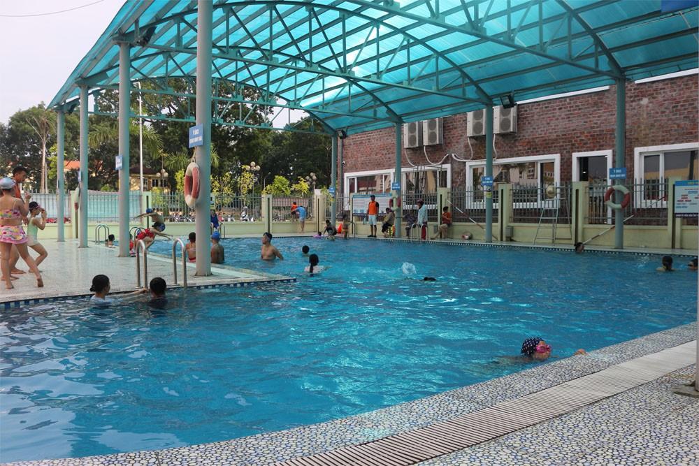 Muối Natri bromua được sử dụng làm chất khử trùng bể bơi có mái che