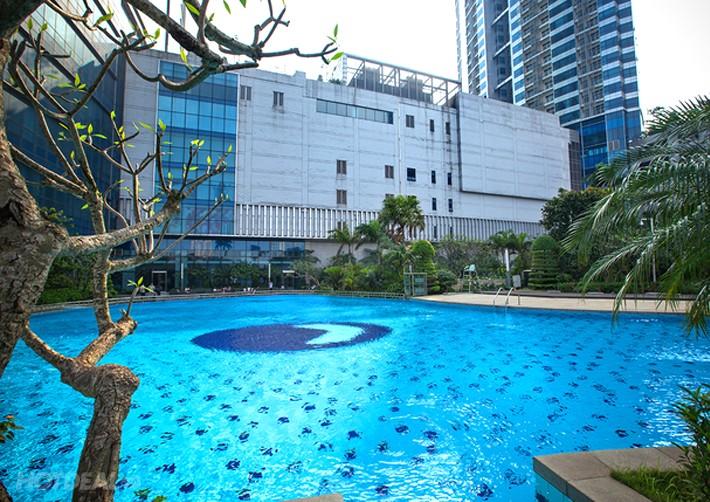 Clo lỏng được sử dụng để khử trùng và diệt khuẩn cho nước hồ bơi