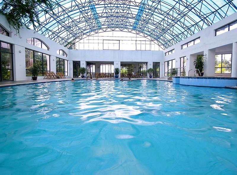 Sử dụng nước Javen có nồng độ cao để xử lý nước hồ bơi