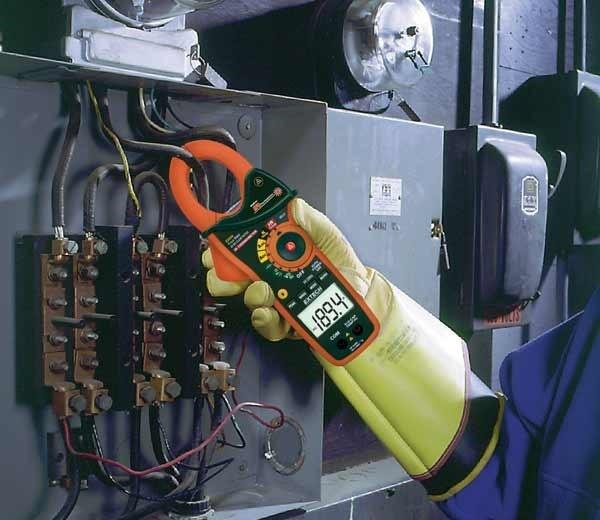 Luôn đeo găng tay an toàn theo tiêu chuẩn công nghiệp