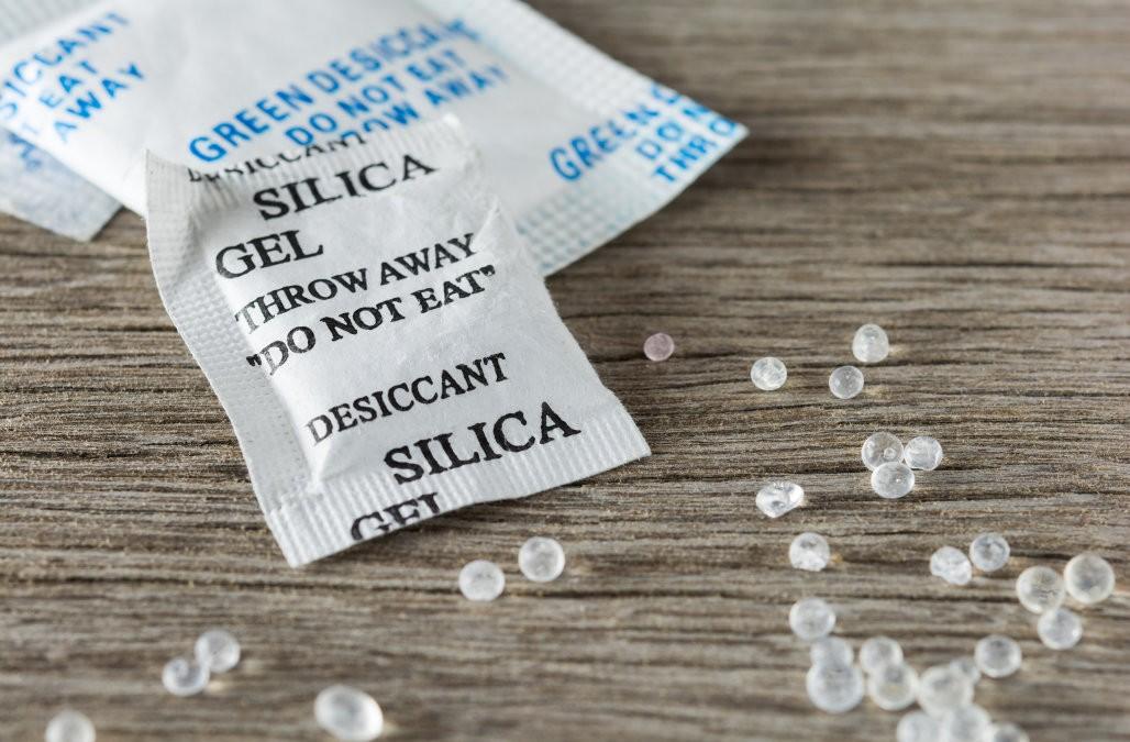 Hạt silica gel trong gói hút ẩm