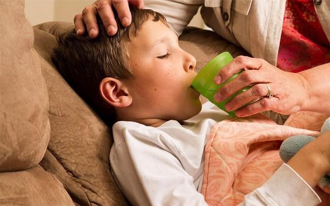 Cho trẻ uống thật nhiều nước nếu lỡ ăn phải hạt hút ẩm