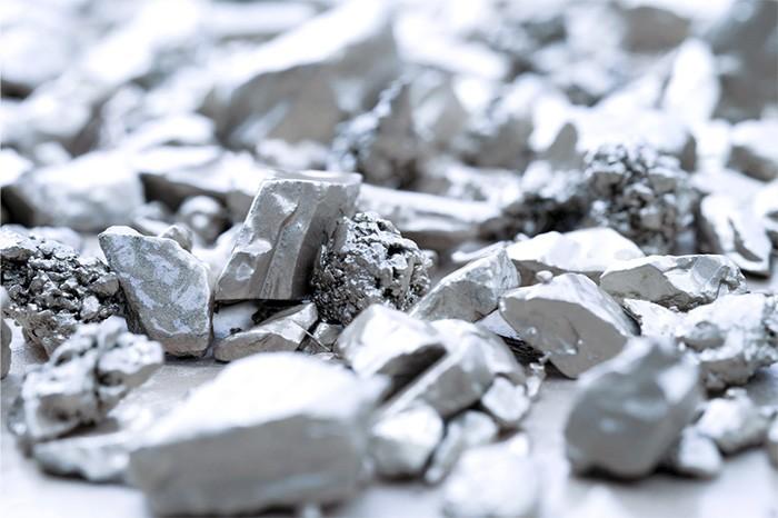 Bạc là một kim loại chuyển tiếp màu trắng